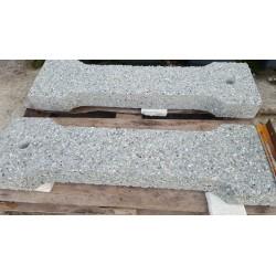 Betonowy element ławki z widocznym kruszywem